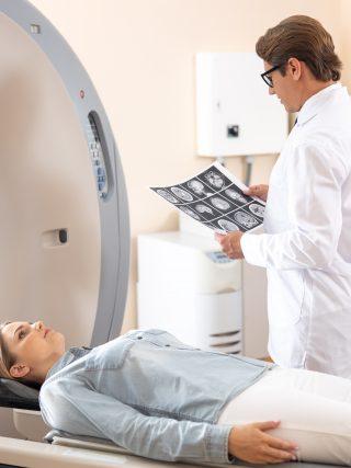 qual a diferença entre tomografia e ressonância magnética